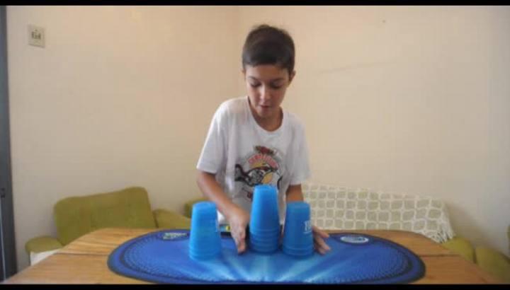 Garoto de Caxias destaca-se empilhando copos