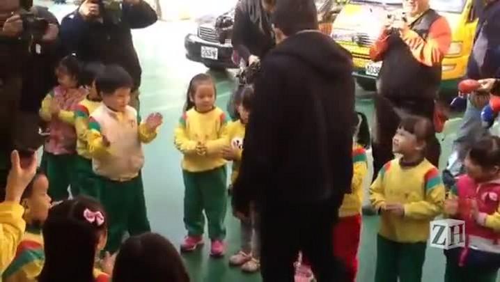 Iruan visita escola na qual estudou em Taiwan