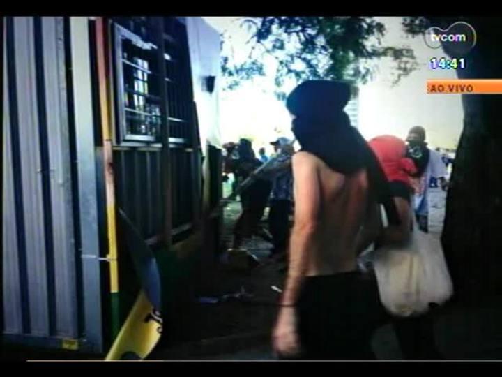 Plant�o - Confira imagens de como foi o protesto contra a Copa no Centro de Porto Alegre