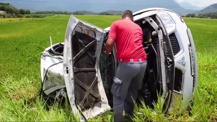 Caminhonete é atingida por carro e capota na Rodovia do Arroz