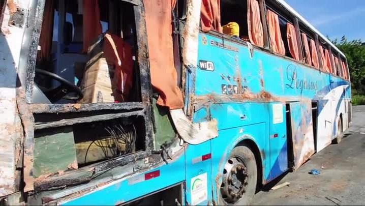 Ônibus com 50 passageiros bate em barranco e capota
