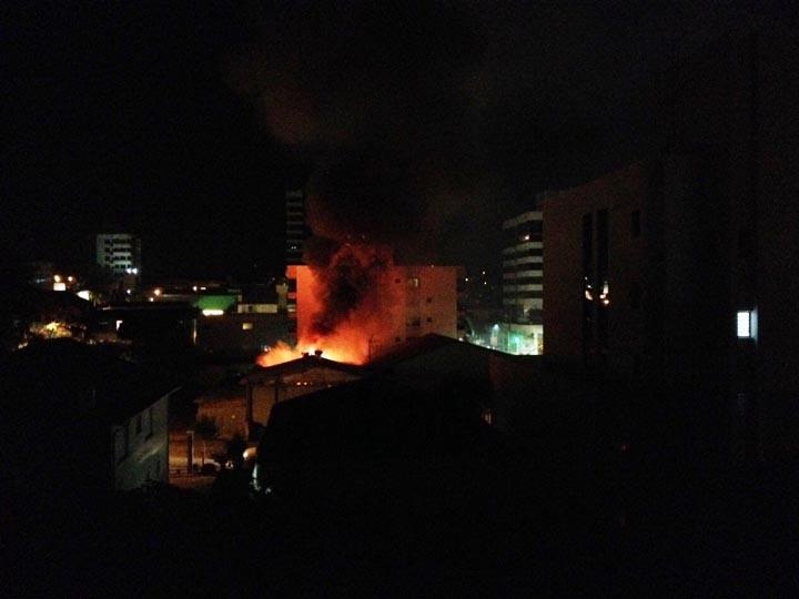 Bombeiros combatem incêndio em fruteira em Bento Gonçalves