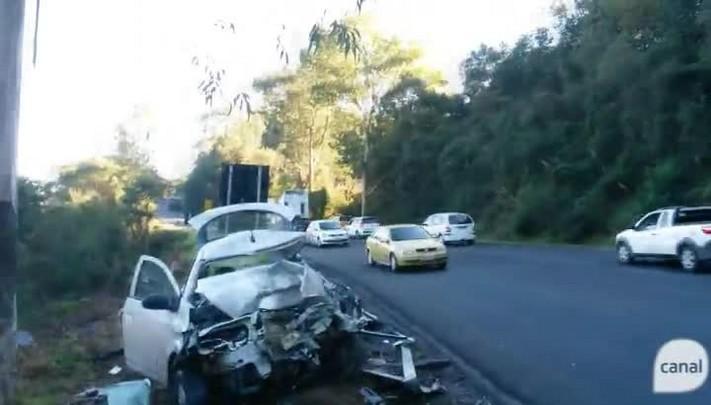 Colisão frontal entre carro e carreta deixa homem ferido na ERS-122, em Flores da Cunha
