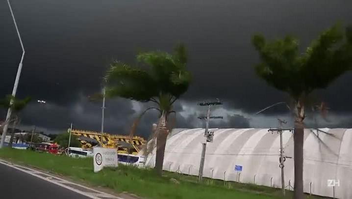 Nuvem de chuva escurece o céu de Porto Alegre