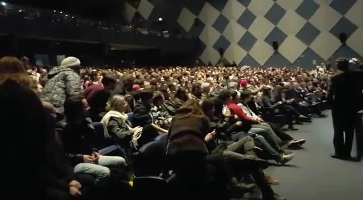 """Plateia grita \""""Fora Temer\"""" durante palestra de Ciro Gomes em Florianópolis"""