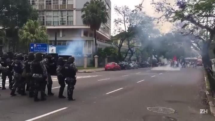 BM usa bombas de gás lacrimogêneo para desbloquear Rua Sarmento Leite