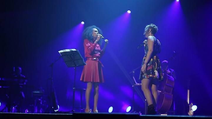 """Cantora trans gaúcha Valéria Houston canta \""""Ne Me Quitte Pas\"""" com francesa Zaz em Porto Alegre"""