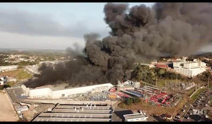 Veja imagens do incêndio em unidade de plásticos da Marcopolo