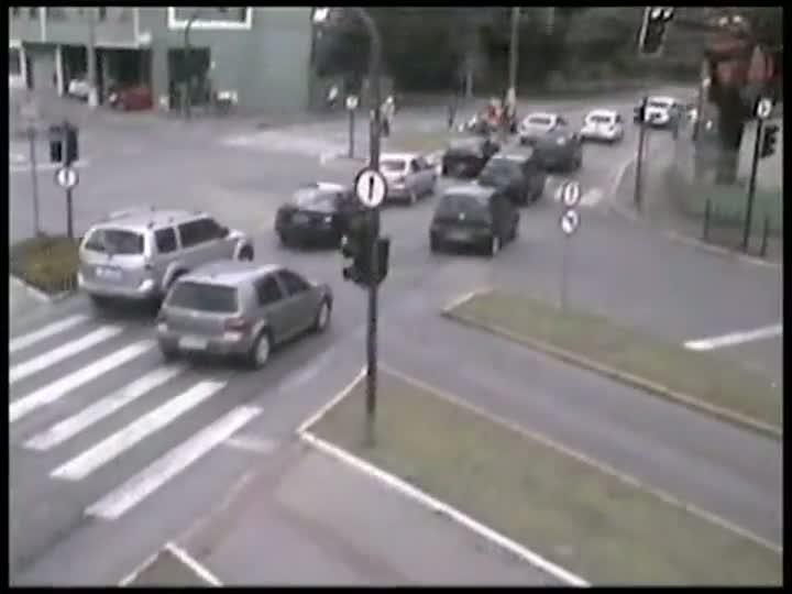 Câmeras da PM flagram acidente entre moto e ciclista