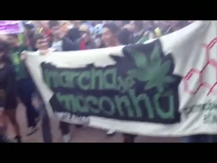 Centenas de pessoas participam da Marcha da Maconha, em Porto Alegre