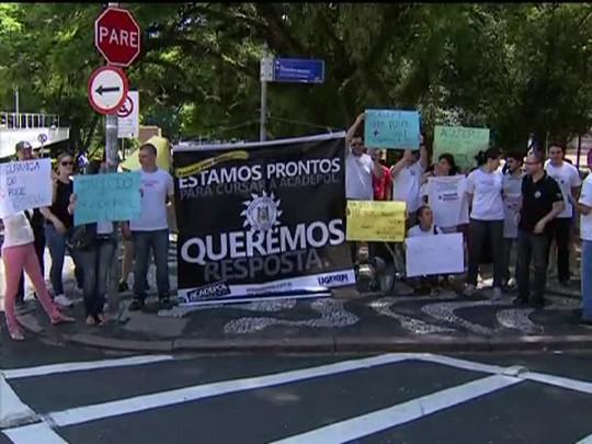TVCOM 20 Horas - Protesto em frente ao Palácio Piratini exige convocação para os aprovados ao concurso da Polícia Civil - 12/01/15
