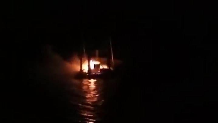 Incêndio atinge embarcação no Capri Iate Clube de São Francisco do Sul