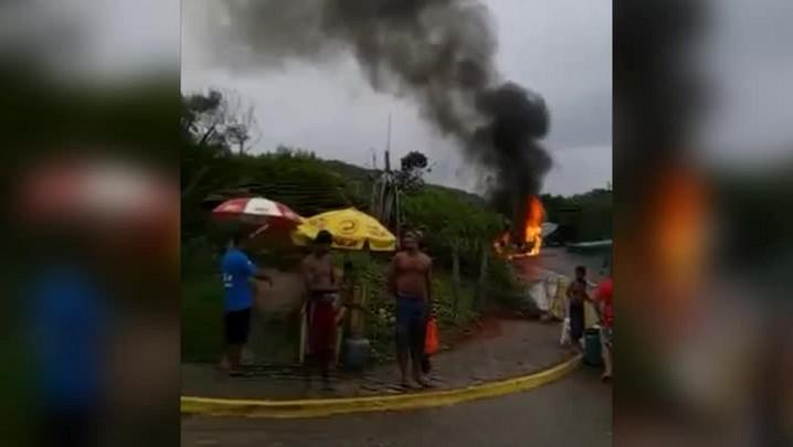 Carro pega fogo no estacionamento da Praia da Joaquina, em Florianópolis