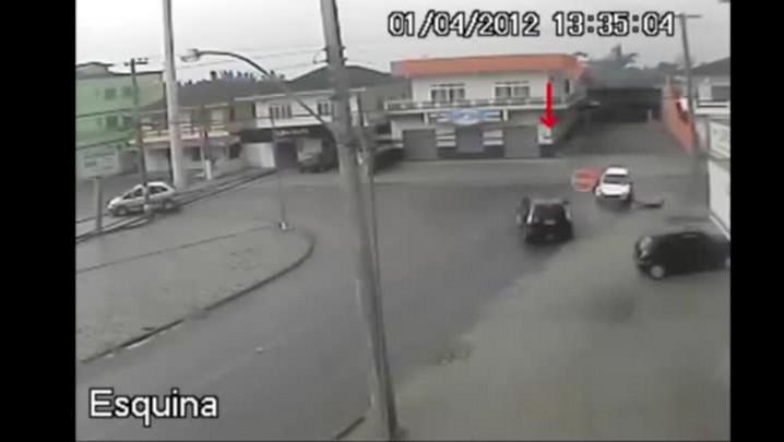 Vídeos mostram dezenas de acidentes em cruzamento de Joinville
