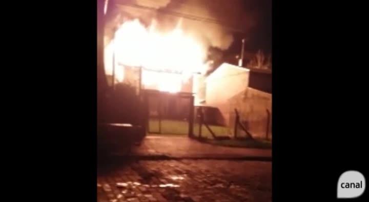 Incêndio destrói casa no bairro Presidente Vargas, em Caxias do Sul