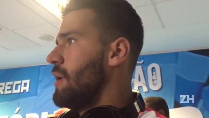 """Alisson lamenta lesão na mandíbula de Bolaños: \""""Faz parte do futebol, infelizmente\"""""""