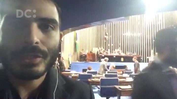 Upiara Boschi fala diretamente do Senado, onde ocorre a votação para o impeachment de Dilma