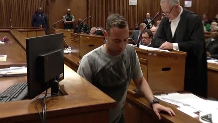 Pistorius caminha sem próteses em tribunal