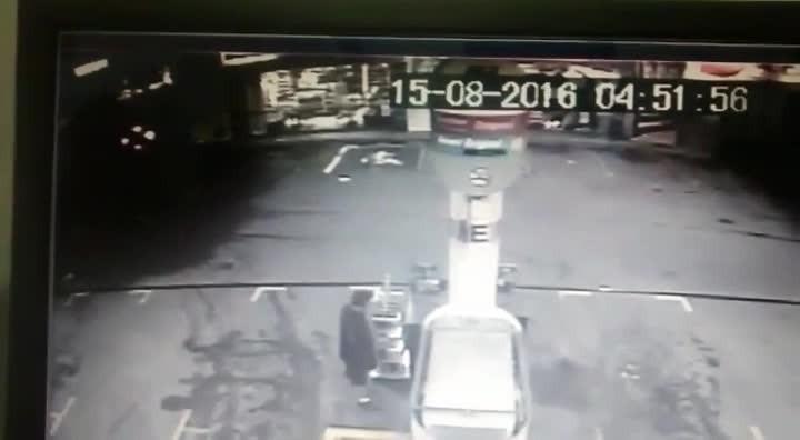 Veja momento em que ladrão abastece o carro e vítima tem que empurrar o veículo