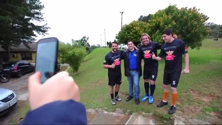 Entre selfies, gols e danças, Sotilli vive dia de pop star em Santa Maria