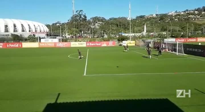 Jogadores do Inter treinam enquanto torcedores protestam