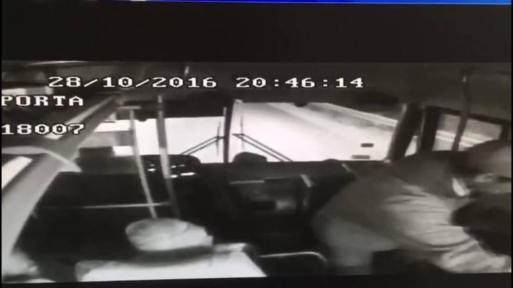 Imagens mostram arrastão dentro de ônibus em Caxias do Sul