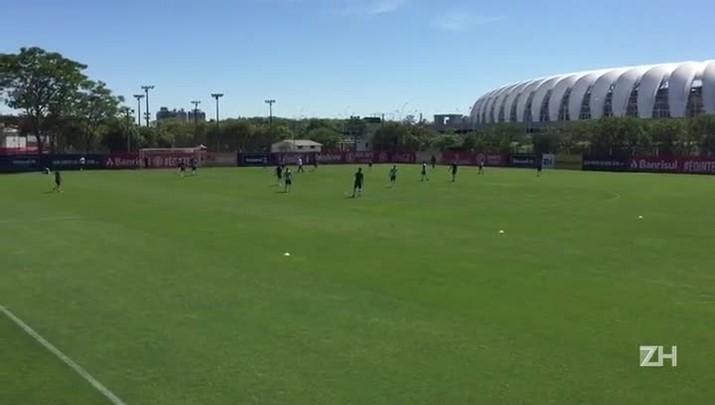 Vitinho faz atividade em separado no treino do Inter