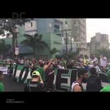 Torcedores da Chapecoense se dão as mãos e abraçam Arena Condá em homenagem ao desastre aéreo na Colômbia
