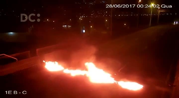 Homens ateiam fogo em pneus na saída do túnel Antonieta de Barros, em Florianópolis