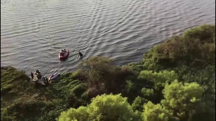 Imagens aéreas do resgate de homens que ficaram 12 horas no Guaíba
