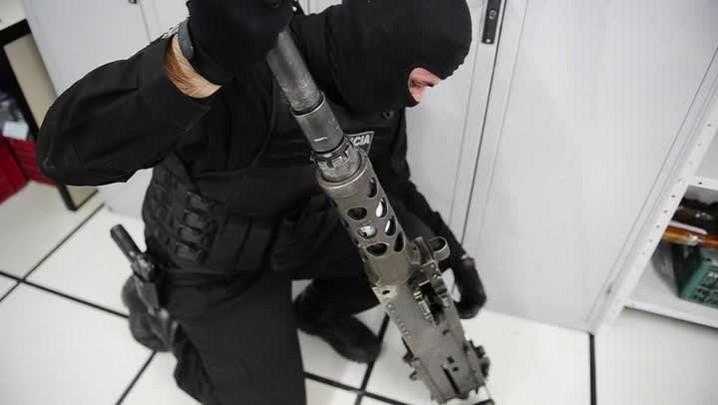 Oficial da Brigada Militar explica o poder de fogo da metralhadora .50 apreendida na Serra