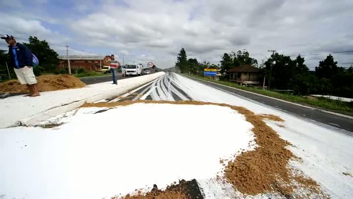 Caminhão de tinta tomba e provoca congestionamento na BR-386 próximo a Tabaí