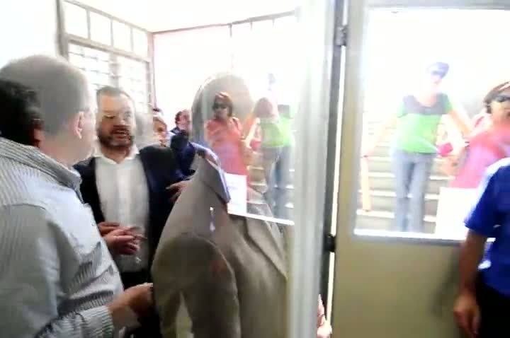 Tarso Genro chega na 1ª Delegacia de Polícia de Santa Maria