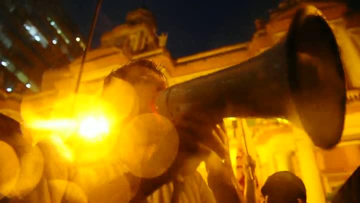 Manifestantes comemoram decisão que suspende aumento na tarifa