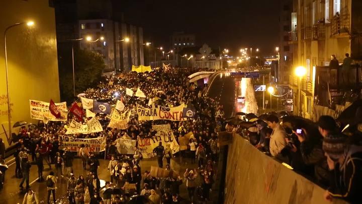 Protesto passa pelo túnel da Conceição, em Porto Alegre