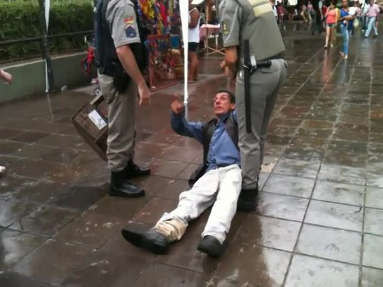 Vídeo mostra policiais arrastando homem no centro de Santa Maria