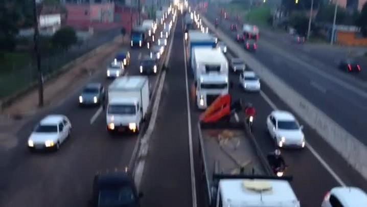 Motoristas se arriscam para trocar de pista na BR-116. 10/04/2014