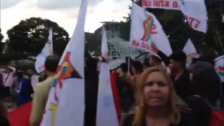 Professores protestam na Granja Comary durante chegada da Seleção - 26/05/2014