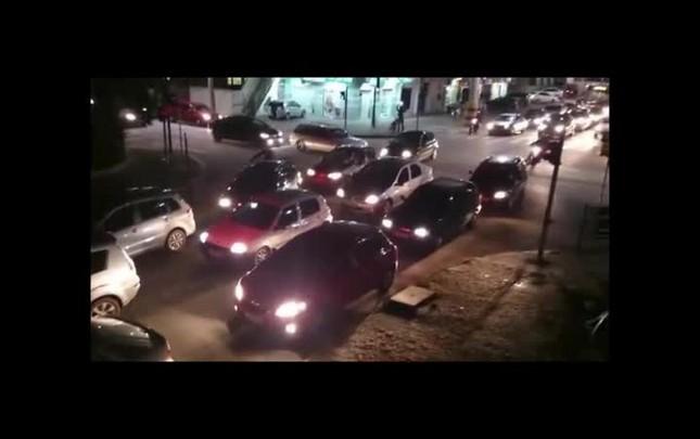 Motociclistas são flagrados circulando pela calçada durante engarramento em Joinville