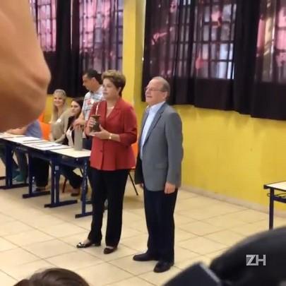Dilma toma chimarrão ao votar na zona sul de Porto Alegre