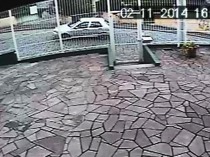 Imagens de câmeras de segurança mostram vítimas caminhando na BR-116 e o carro envolvido no atropelamento fatal