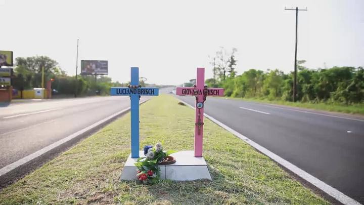 Duas cruzes na beira da estrada