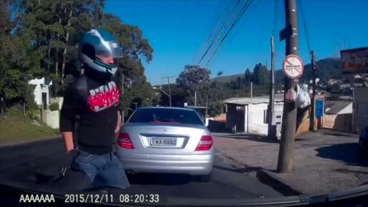 Imagens de câmera veicular mostram motociclista que atropelou pedestre na zona sul da Capital