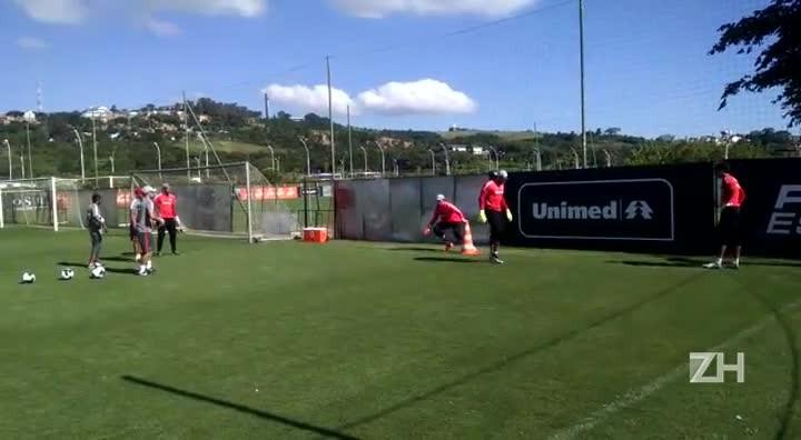 Goleiros do Inter treinam em tarde quente em Porto Alegre