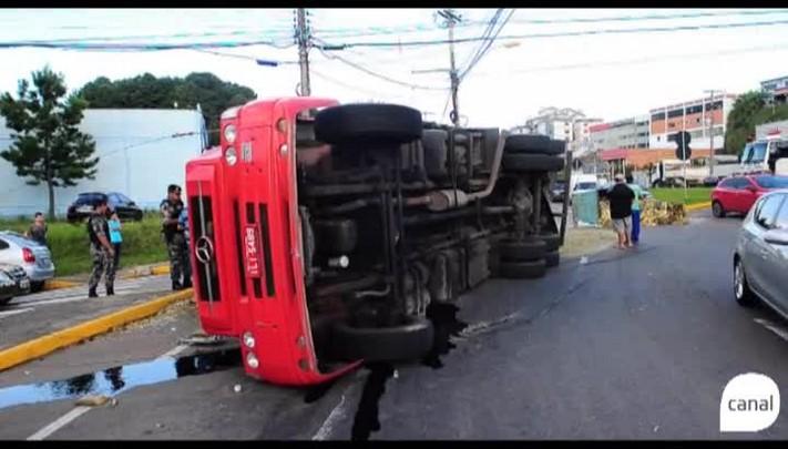 Caminhão tomba na Perimetral Norte de Caxias do Sul