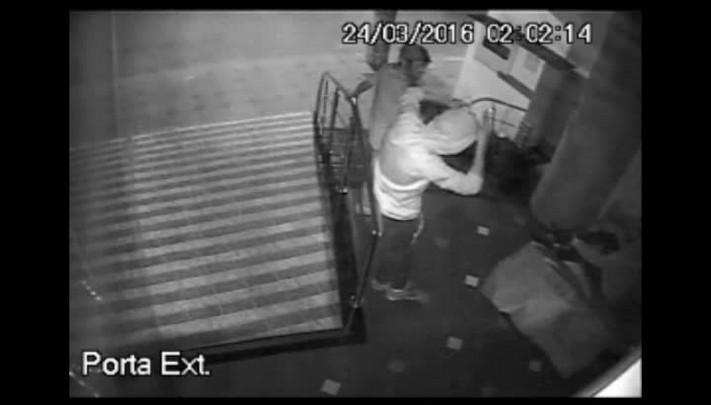 Homens são flagrados agredindo morador de rua em Vacaria