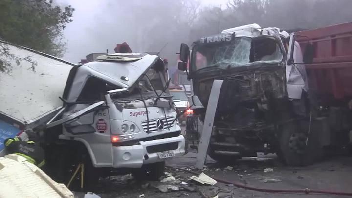 Duas pessoas ficam feridas em colisão entre caminhões na RS-118