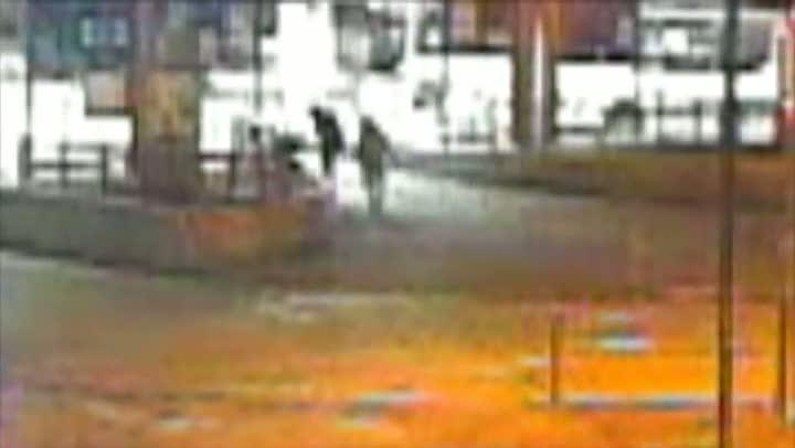 Polícia divulga imagens de momentos anteriores ao linchamento de morador de rua