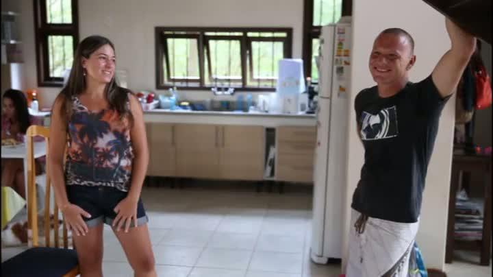 """Esposa do surfista Rodrigo \""""Pedra\"""" Dornelles conta como o marido soube da gravidez da segunda filha"""