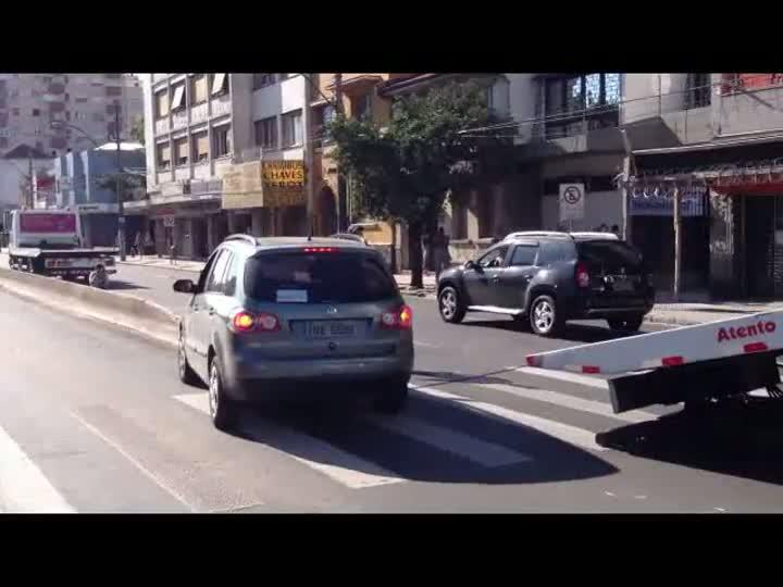 VÍDEO: Carro sobe em mureta do corredor de ônibus em POA